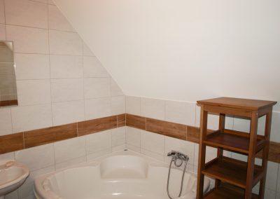 Pokój 3 z łazienką i wanną 14